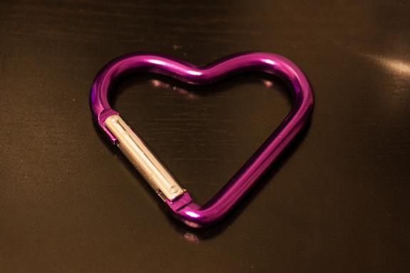 Mosquetão, coração... Rosa, grande e forte.